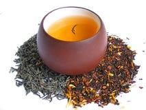 Un thé de mélange avec la cuvette de thé Image libre de droits
