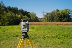 Un théodolite installé pour examiner dans un beau paysage image libre de droits