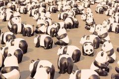 un TH di 1600 Pandas+, panda di carta del mache per rappresentare 1.600 panda Fotografie Stock