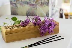 Un thurible et bâtons d'encens Photo stock