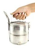 Un tiffin del metallo dell'argento della holding della mano Immagini Stock