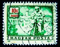 Un timbre imprimé en Hongrie dans la couleur verte montre une image d'un homme montant une moto classique sur la valeur à 10 pi Photo stock