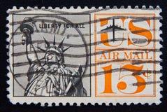 Un timbre-poste utilisé des Etats-Unis, dépeignant une illustration de la statue de la liberté, vers 1961 Image stock
