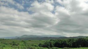 un timelap di 4 K della vista verde del paesaggio della campagna nordica della Spagna, colline coperte di erba, fondo della monta archivi video