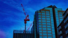 Un timelapse de grúas en la construcción inferior en el edificio en Tokio almacen de metraje de vídeo