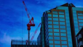 Un timelapse de grúas en la construcción inferior en el edificio en Tokio almacen de video