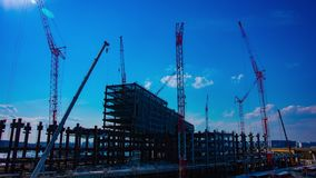 Un timelapse de grúas en la construcción inferior en Tokio almacen de video