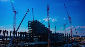 Un timelapse de grúas en la construcción inferior en Tokio metrajes