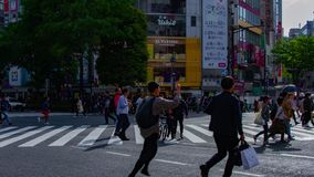 Un timelapse de la gente en la travesía en la toma panorámica tirada amplia diurna de Shibuya Tokio metrajes