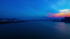 Un timelapse de la puesta del sol cerca del bayarea en Ariake Tokio tiró de par en par el filtrado almacen de metraje de vídeo