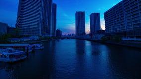 Un timelapse de la puesta del sol cerca del bayarea en la ciudad del negocio en Ariake Tokio tiró de par en par el filtrado metrajes