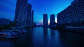 Un timelapse de la puesta del sol cerca del bayarea en la ciudad del negocio en la inclinación tirada amplia de Ariake Tokio metrajes