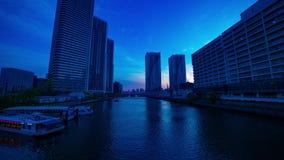 Un timelapse de la puesta del sol cerca del bayarea en la ciudad del negocio en la inclinación tirada amplia de Ariake Tokio almacen de video
