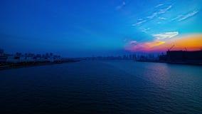 Un timelapse de la puesta del sol cerca del bayarea en la inclinación tirada amplia de Ariake Tokio almacen de video