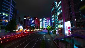 Un timelapse de la rue à la ville au néon dans l'inclinaison tirée large de Shinjuku Tokyo banque de vidéos