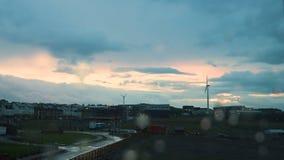 Un timelapse de las nubes de lluvia con descensos del agua en la ventana metrajes