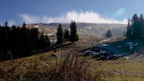 Un timelapse de las nubes y de la niebla que ruedan sobre un top de la colina en fuertes vientos metrajes