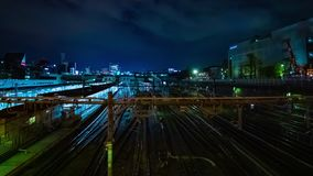 Un timelapse del tren en la estaci?n de Ueno en la exposici?n larga de la noche tir? de par en par el filtrado almacen de metraje de vídeo