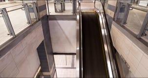 Un timelapse del viajeros que usan una escalera móvil en una línea estación de metro de Canadá en Vancouver, A.C. almacen de metraje de vídeo