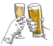 Un tintinnio di due mani un vetro di birra e un vetro di champagne Elemento disegnato a mano di progettazione Illustrazione d'ann Immagini Stock