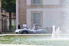 Un tipo blu di Jaguar D partecipa alla corsa 1000 di automobile classica di Miglia Immagini Stock