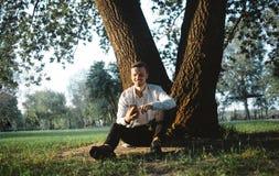 Un tipo con un telefono in parco Fotografie Stock Libere da Diritti