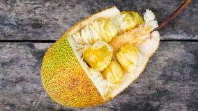Un tipo de Jackfruit en de madera viejo Foto de archivo