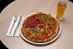 Un tipo di quattro stagioni di regolazione di posto e della pizza Fotografie Stock