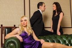 Un tipo e due ragazze nella stanza immagini stock