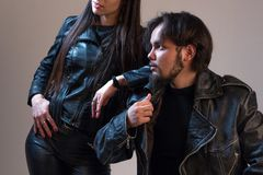 Un tipo e una ragazza in bomber neri Vestiti di pubblicità per i fan del rock Primo piano Tema del motociclista o di musical Immagini Stock