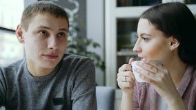 Un tipo e una ragazza stanno sedendo insieme in un caffè Bevono il tè Sono innamorato a vicenda Coppie nell'amore stock footage