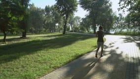 Un tipo sta pareggiando fuori nel parco archivi video