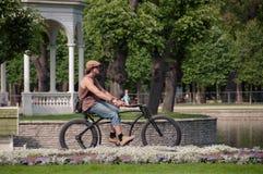 Un tipo su una bici in un parco Fotografia Stock Libera da Diritti