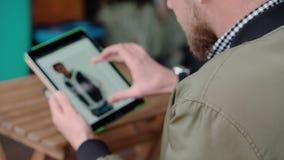 Un tipo sul sito di commercio elettronico che sceglie i vestiti archivi video