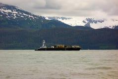 Un tirón y barge adentro Alaska en la primavera fotografía de archivo