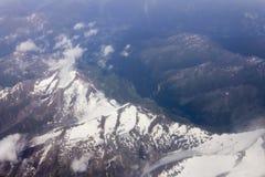 Un tir aérien de haute altitude de paysage montagneux images stock