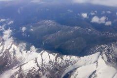 Un tir aérien de haute altitude de paysage montagneux images libres de droits
