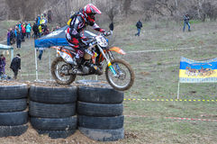 Un tir d'un cavalier de motocross pendant une course Photo stock