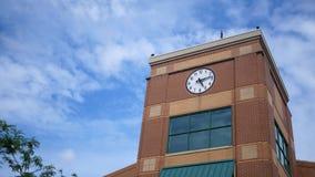 Un tir de établissement d'un bâtiment moderne de tour d'horloge l'après-midi lumineux banque de vidéos