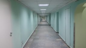 Un tir de steadicam d'un couloir vert avec un plancher en pierre banque de vidéos
