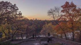 Un tir grand-angulaire des personnes appréciant des couleurs de chute chez un fleuve Mississippi donnent sur à Minneapolis pendan banque de vidéos