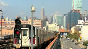 Un tir stationnaire d'un train de New York tirant à partir d'une station banque de vidéos