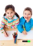 Un tiraggio dei due bambini con i pastelli Fotografia Stock Libera da Diritti