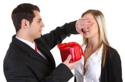 Un tirante che dà ad una ragazza un presente immagine stock libera da diritti