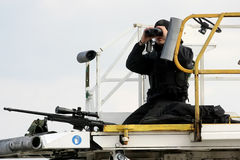Un tireur isolé vise son arme fixant le secteur comme Président Barack O Image libre de droits