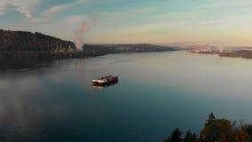 Un tiro aéreo de la gabarra de una entrada de Burrard adentro con la refinería de petróleo de Parkland y la Vancouver céntrica en metrajes