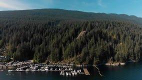 Un tiro aéreo de la roca de la mina en la ensenada profunda, Vancouver del norte metrajes