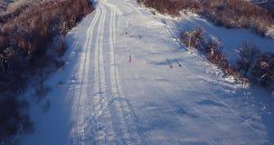 Un tiro aéreo hermoso de la gente que esquía en una estación de esquí nevosa en cárpato, Ucrania de la montaña metrajes