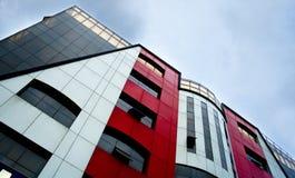 Un tiro abstracto de un edificio colorido moderno imagen de archivo libre de regalías