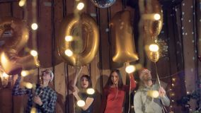 Un tiro cercano en los globos que hacen número a 2019 personas antedichas que celebran Año Nuevo 4K almacen de metraje de vídeo